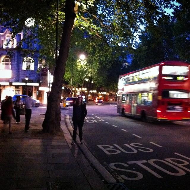 Svala sommarnätter i storstäder, när turisterna är färre och luften lättare och det känns som att man kan vandra i all oändlighet och upptäcka nya gator, det är en av livets höjdpunkter.
