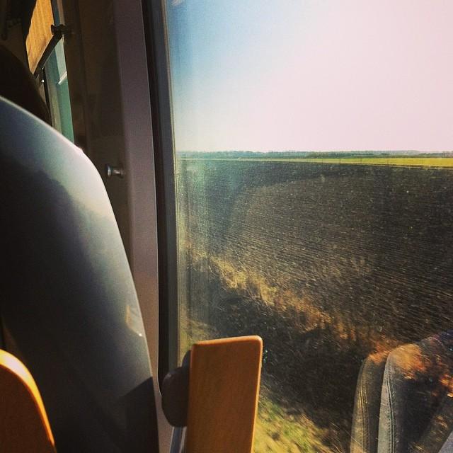 Vardag på tåget. Den jordiga gödselstanken svider i näsan för tredje dagen i rad.