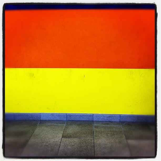 Färgglatt utanför häktningssal