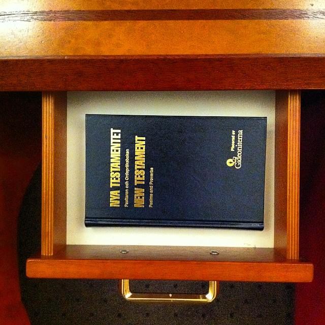 Vardag. I Sverige har man biblar i hotellens sängbord.