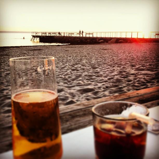 Ett glas på stranden i solnedgången en söndagskväll före jobb. Nu vet jag varför jag flyttade hem igen.